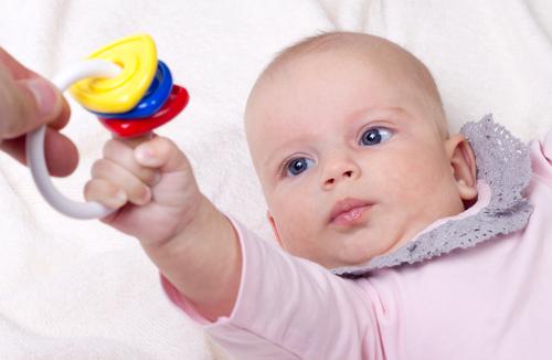 Фото ребенка с погремушкой 90