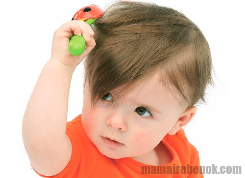 Ребенок рвет волосы на голове